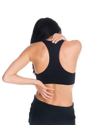 Kobieta trzmająca rękoma miejsca bólu kręgosłupa