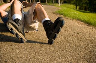 Mężczyzna leżący na plecach po upadku na rolkach