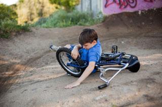 Chłopiec po upadku na rowerze