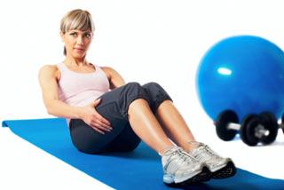 Kobieta na macie podczas ćwiczeń