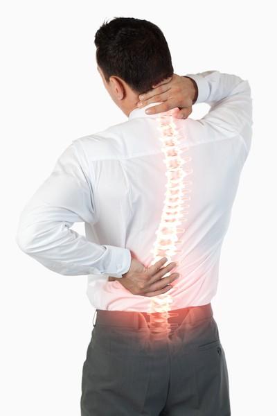 Mężczyzna dotykający rękoma miejsc bólu kręgosłupa