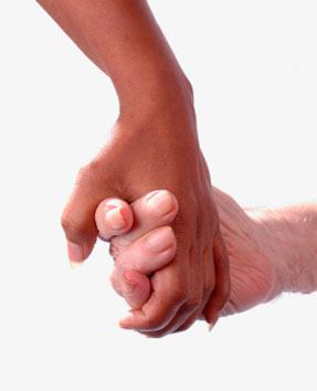 Ręka młodej osoby trzymająca rękę starszego człowieka