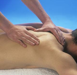 Mężczyzna leżący podczas masażu pleców
